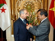 越南授予阿尔及利亚驻越大使友谊勋章