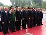 越南党和国家领导人向英雄烈士敬献花圈
