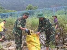 越中边民携手开展边境河道环境卫生整治活动(组图)