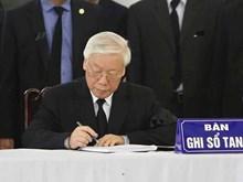 越南和国际领导吊唁陈大光同志并在吊唁簿上留言(组图)