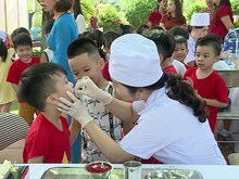 越南努力克服儿童营养不良现象