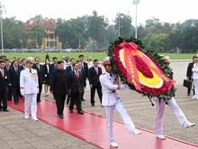 朝鲜最高领导人金正恩拜谒胡志明主席陵墓(组图)
