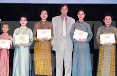 越南中部3个省份的优秀学生荣获272份瓦莱奖学金