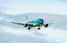 越航波音787-9梦幻客机抵达英国希思罗机场