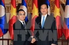 阮晋勇总理与老挝通辛•坦马冯进行会谈