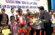 越南国家副主席阮氏缘向后江省贫困好学学生颁发助学金