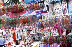 外国游客欢乐过越南传统中秋节