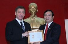 """越南授予乌克兰驻越大使""""致力于各民族和平友谊""""纪念章"""