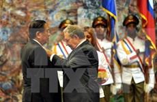 """老挝国家主席朱马里·赛雅颂荣获古巴的""""何塞·马蒂""""勋章"""