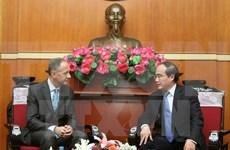 """越南祖国阵线中央委员会主席阮善仁会见英国儿童慈善组织""""面对世界""""代表团"""