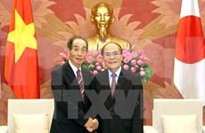 国会主席阮生雄会见日本参议院副议长舆石东