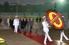 出席越共十二大各位代表拜谒胡志明主席陵墓