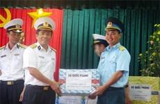 海军第四区工作团向南谒岛官兵赠送春节礼物