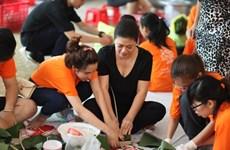 各族人民包粽子送贫困同胞过春节