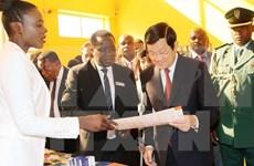 越南国家主席走访慰问坦桑尼亚越南电信干部人员
