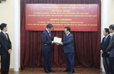 """越南授予新加坡驻越大使""""致力于各民族和平友谊""""纪念章"""