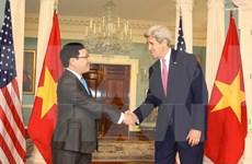 越南政府副总理兼外交部长范平明与美国国务卿约翰·克里举行会谈