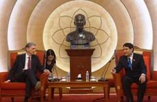 胡志明共青团中央第一书记阮得荣会见英国外交大臣哈蒙德