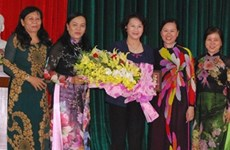 越南国会主席阮氏金银会见槟椥省历届女性干部代表