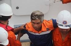 遭不明身份船只撞沉的广南省渔船的34名遇险渔民已被安全送至陆地