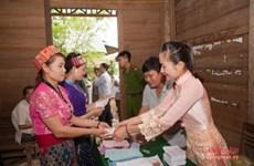 宜安省选民们怀着饱满的政治热情参加选举投票