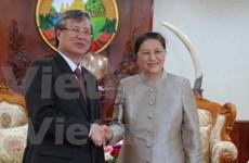 老挝国会主席巴妮·雅陶都会见越共中央检查委员会主任陈国旺