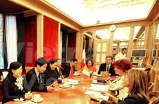 越南国会副主席丛氏放与意大利参议院副议长瓦莱里娅•费代利举行会谈