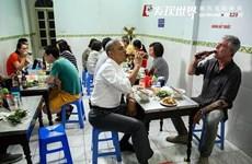"""河内年轻人品尝""""奥巴马烤肉米线""""的热潮"""