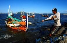 越南渔民成功救起5名马来西亚海上遇险渔民