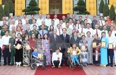 越南国家主席陈大光会见越南橙剂受害者代表团