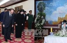 越南政府总理阮春福率团前往老挝驻越南大使馆悼念沙曼·维亚吉同志