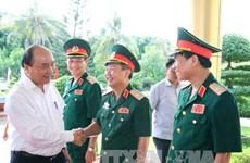 阮春福总理走访慰问越南人民军第四军区干部战士