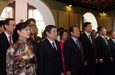 胡志明市领导向已故国家主席孙德胜敬香