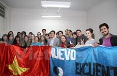 阿根廷大学生了解越南风土人情