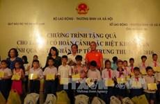 越南国家副主席邓氏玉盛向广治省特困儿童赠送中秋礼物