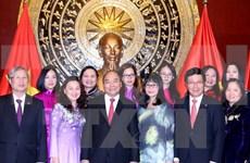 阮春福总理与越南驻华大使馆干部人员及旅居北京越南人社群交谈