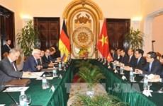 越南副总理兼外长范平明与德国外长施泰因迈尔进行会谈