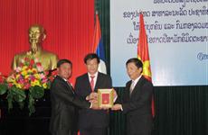 越南广平省志愿军干部和专家荣获老挝人民民主共和国勋章