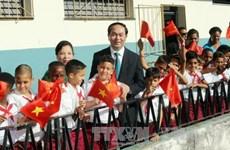 越南国家主席陈大光参观古巴哈瓦那阮文追小学校