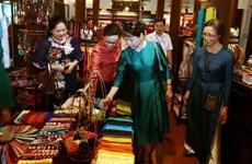阮春福总理夫人和老挝政府总理通伦•西苏里夫人访问越南万福丝绸村(组图)