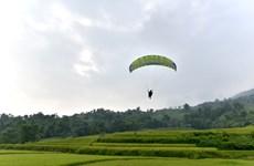 宣光省首次举行滑翔伞表演(组图)