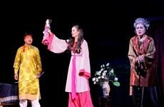 丽玉剧团在胡志明市搭台演出