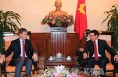 越南政府副总理兼外长范平明会见老挝和新加坡驻越大使