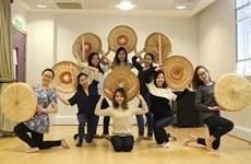 在英国越南留学生积极推介越南文化