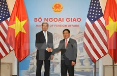 越南政府副总理兼外长范平明与美国国务卿约翰·克里举行会谈