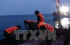 越南巴地头顿省渔船被撞沉 12名渔民获救