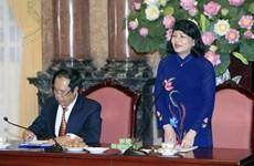 越南国家副主席邓氏玉盛会见芹苴市革命有功者代表团