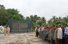 越南驻老挝大使馆干部人员在万象越老联军烈士陵园上香献花