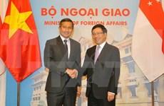 越南政府副总理兼外长范平明与新加坡外长维文举行会谈