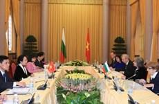 越南国家副主席阮氏缘同保加利亚副总统马尔加里塔•波波娃举行会谈